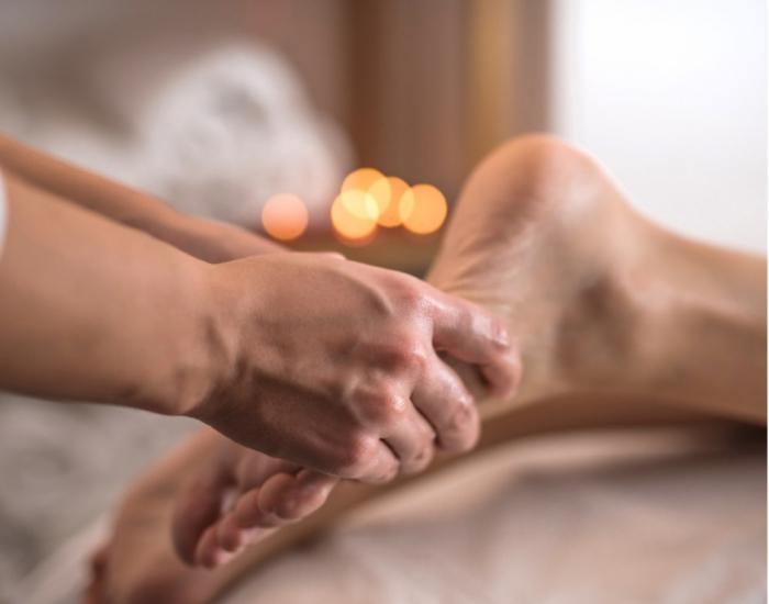 Massage chân bấm huyệt thư giãn